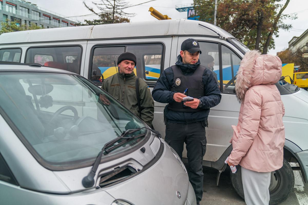Возле ТЦ Passage водители продолжают парковать свои авто на местах для инвалидов