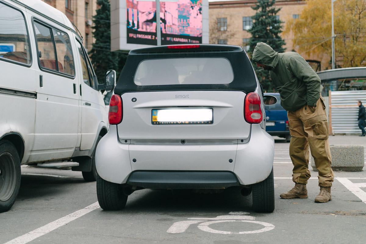 Активисты и полицейские общались с нарушителями и вручали им протоколы