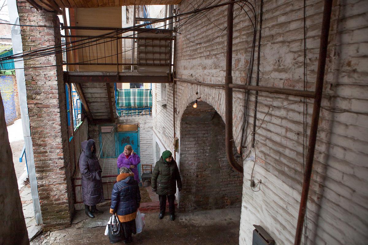 Размеренные будни жильцов дома на улице Короленко, 27, превратились в сущий кошмар: более недели люди не могут нормально пользоваться электроэнергией