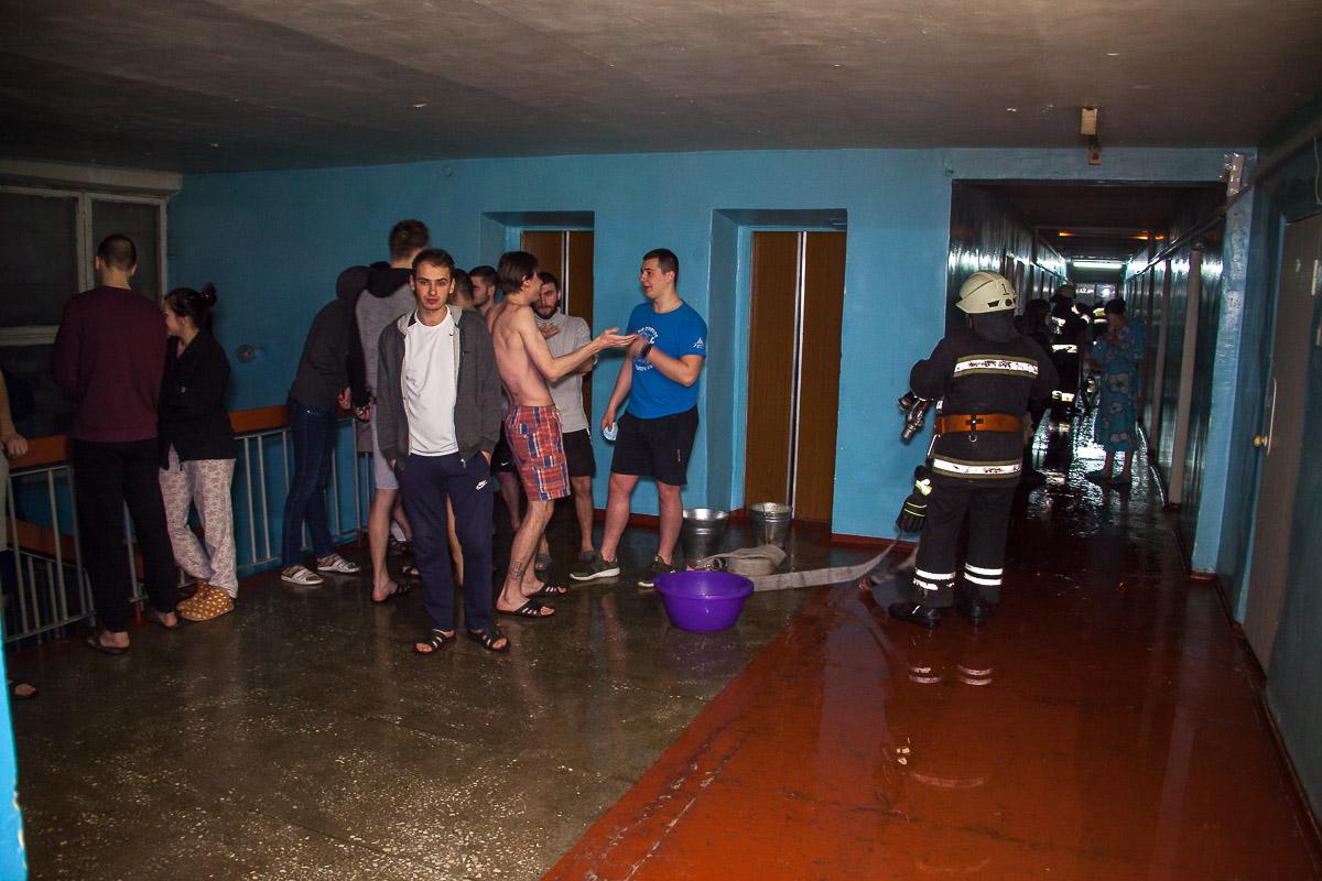 Сейчас весь этаж общежития залит водой, а в помещении слышен сильный запах гари