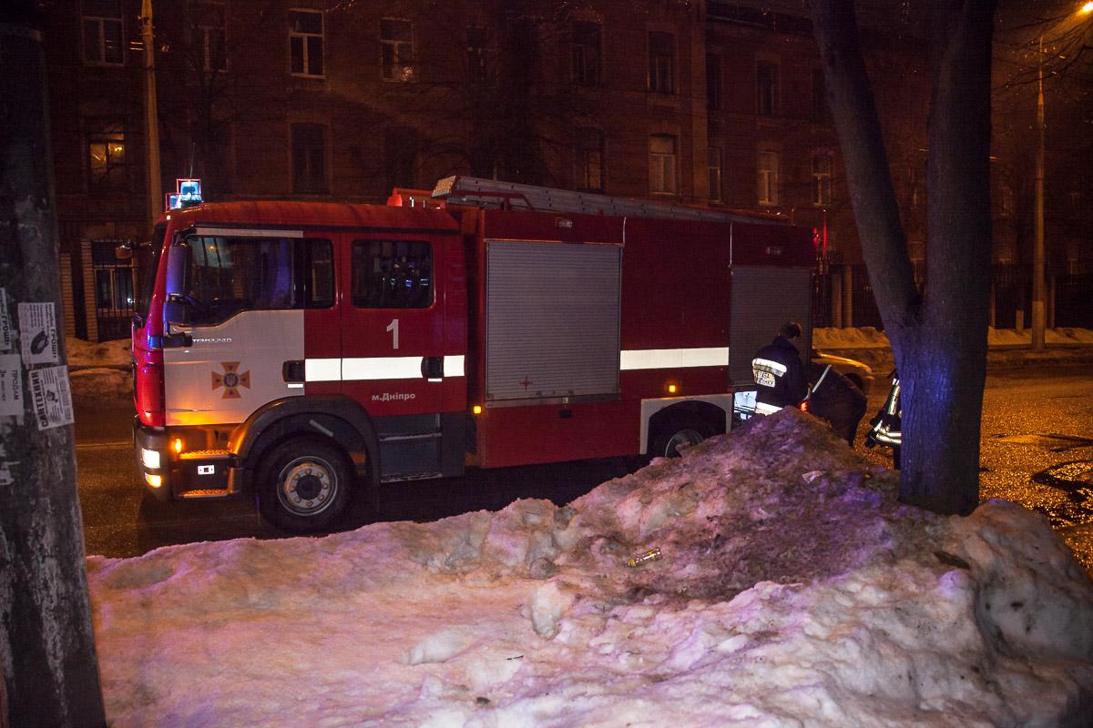 На место происшествияприбылиспасатели дежурного отделения 1-й государственной пожарно-спасательной части