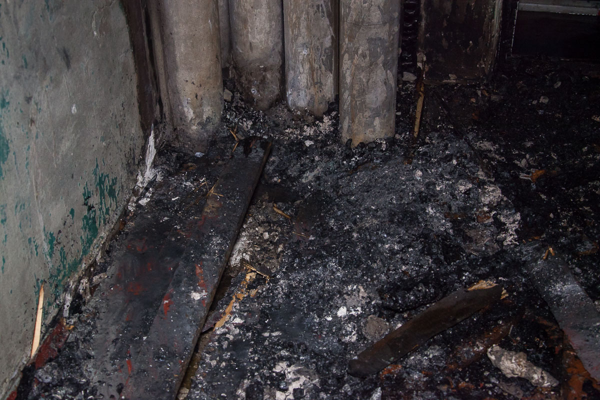 По неподтвержденной информации,пожар начался из-за замыкания электропроводки