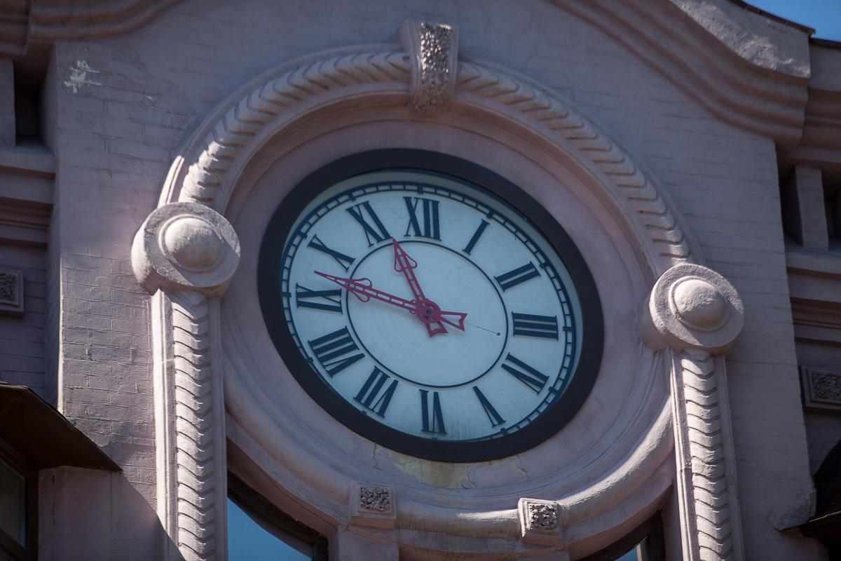 Также здание украшают крупные часы, диаметром два метра с римскими цифрами, вызывающей красной стрелкой и оборудованные электронным блоком