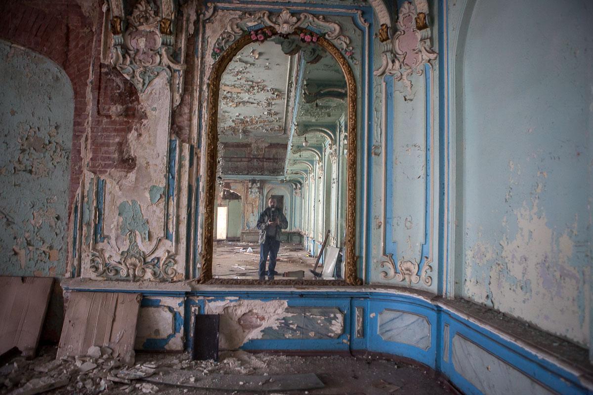 Внутри еще есть уцелевшие зеркала