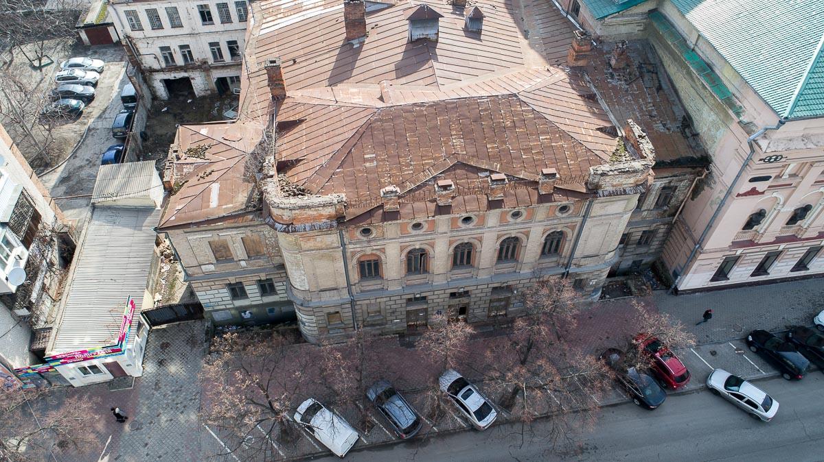 Крыша здания тоже нуждается в ремонте