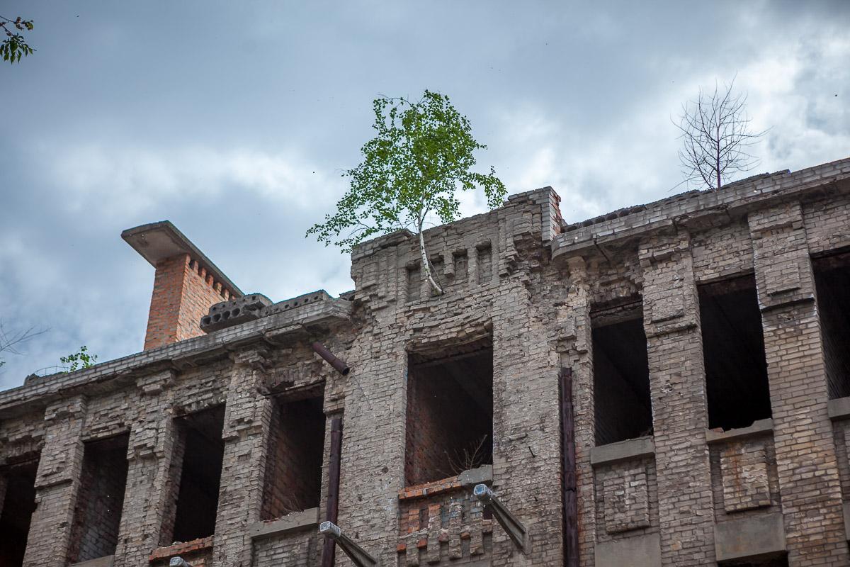 Цокольный этаж здания занимали торговые учреждения