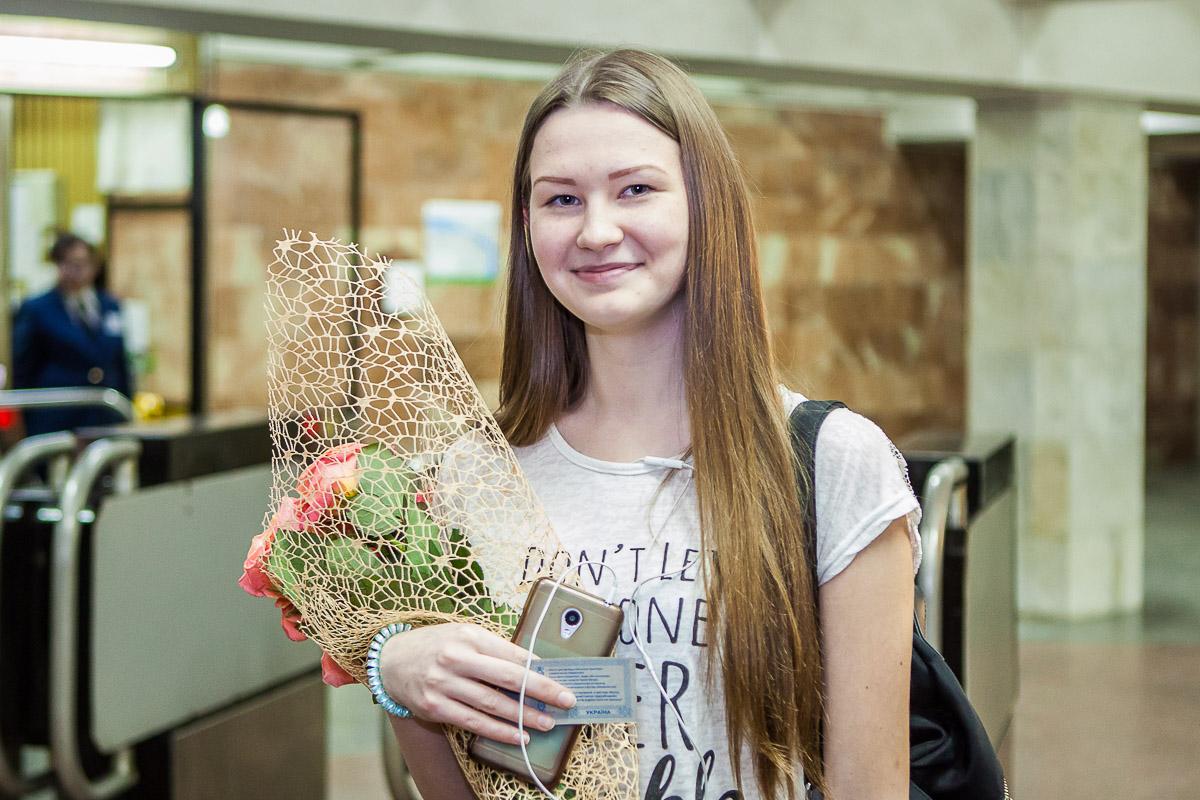 Игорь Маковцев вручил студентке цветы, проездной билет на май этого года и небольшой сувенир