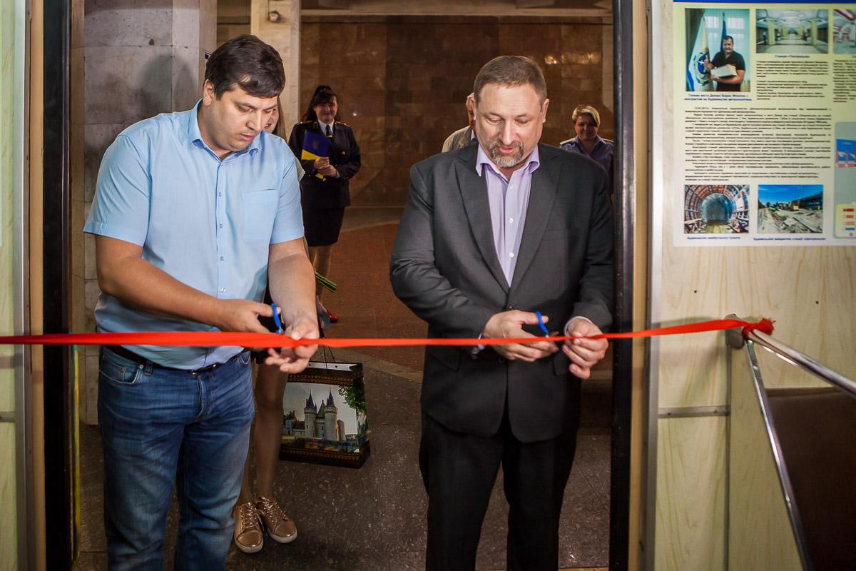 На открытии вагона Игорь Маковцев и Андрей Липешкин торжественно перерезали красную ленту