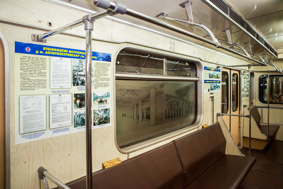 Внутри вагона разместили много стендов с фотографиями и документами