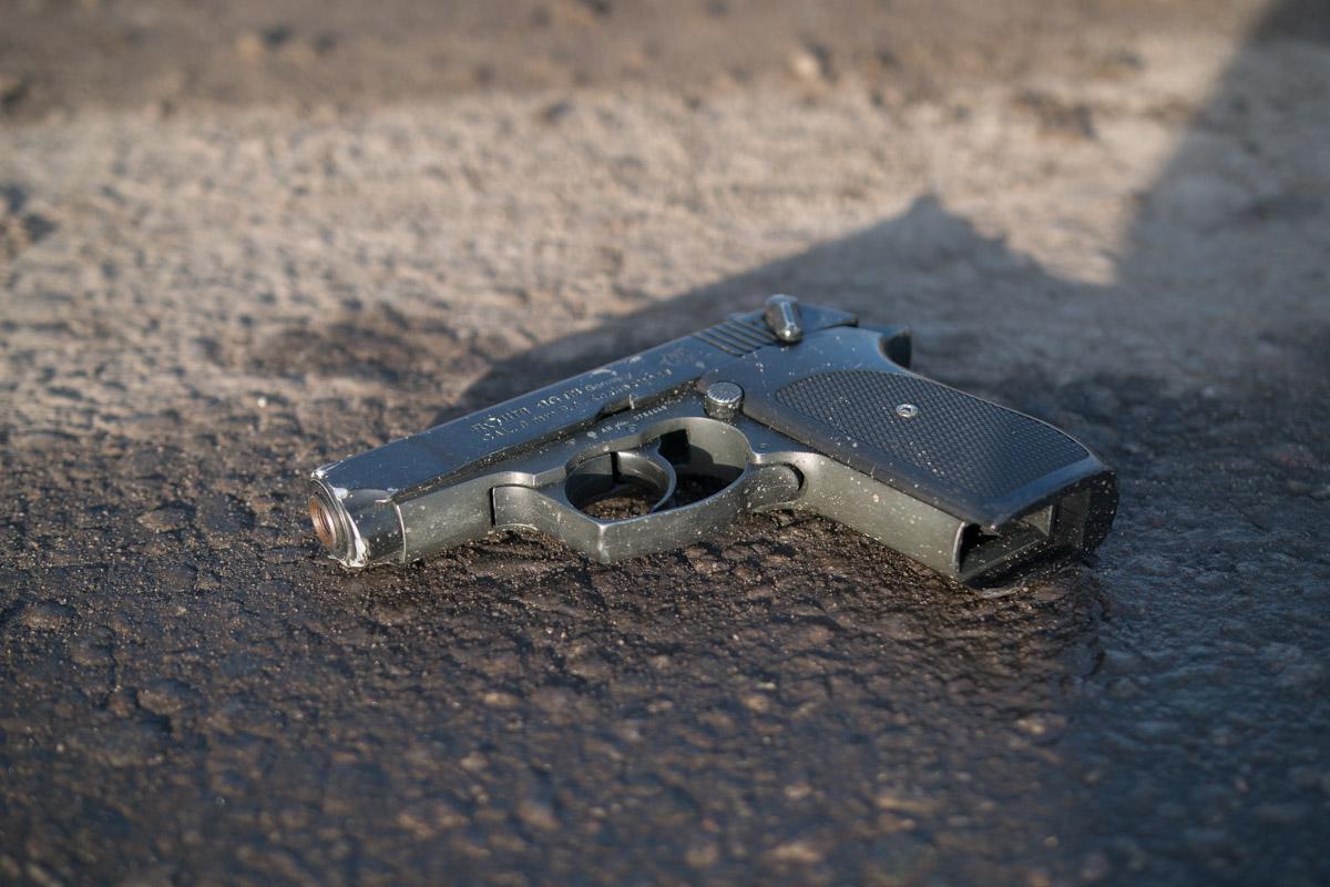 Пассажиры «Audi» пытались скрыться с места совершения очередной кражи, при этом сбросив оружие на улице Каруны