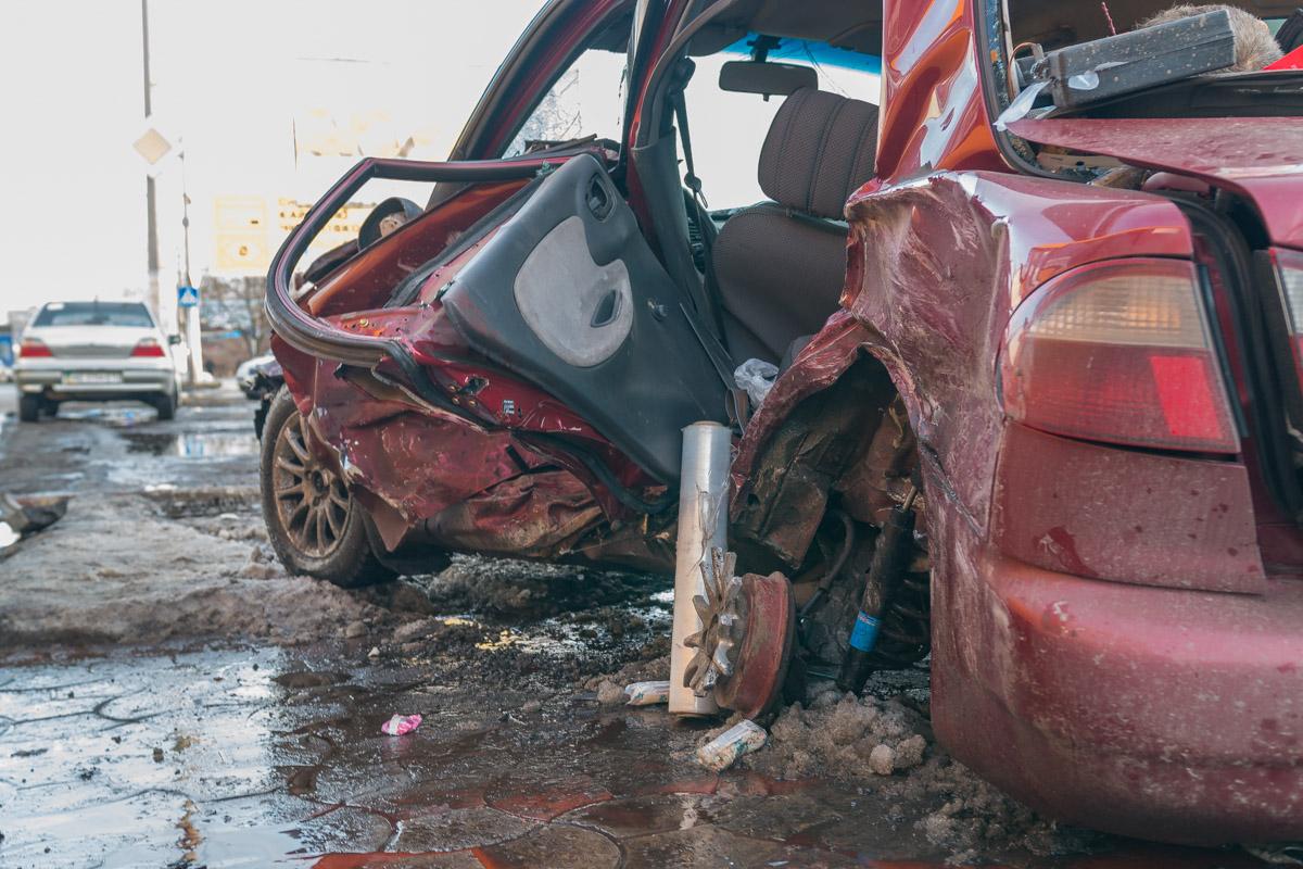 От удара два пассажира Daewoo вылетели из автомобиля