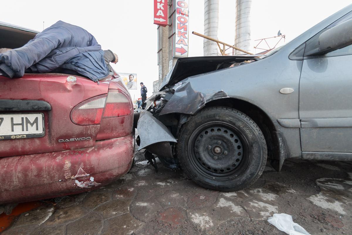 После столкновения, Daewoo откинуло в припаркованный возле автомойки Mitsubishi
