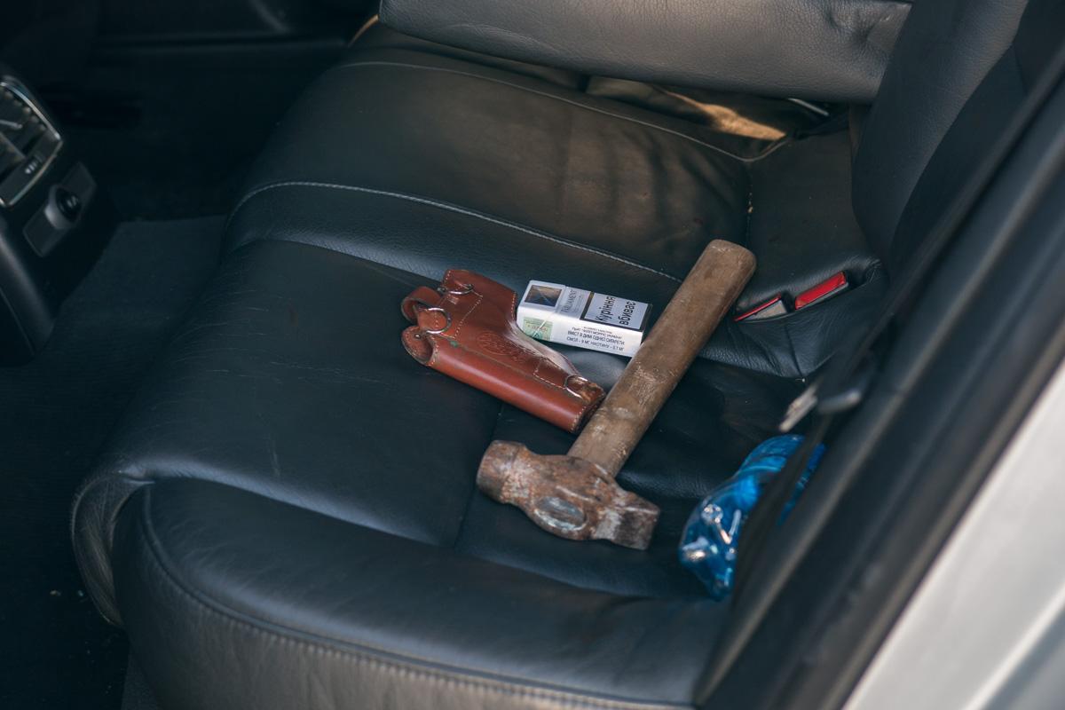 При осмотре автомобиля полицейские изъяли 2 единицы огнестрельного оружия.