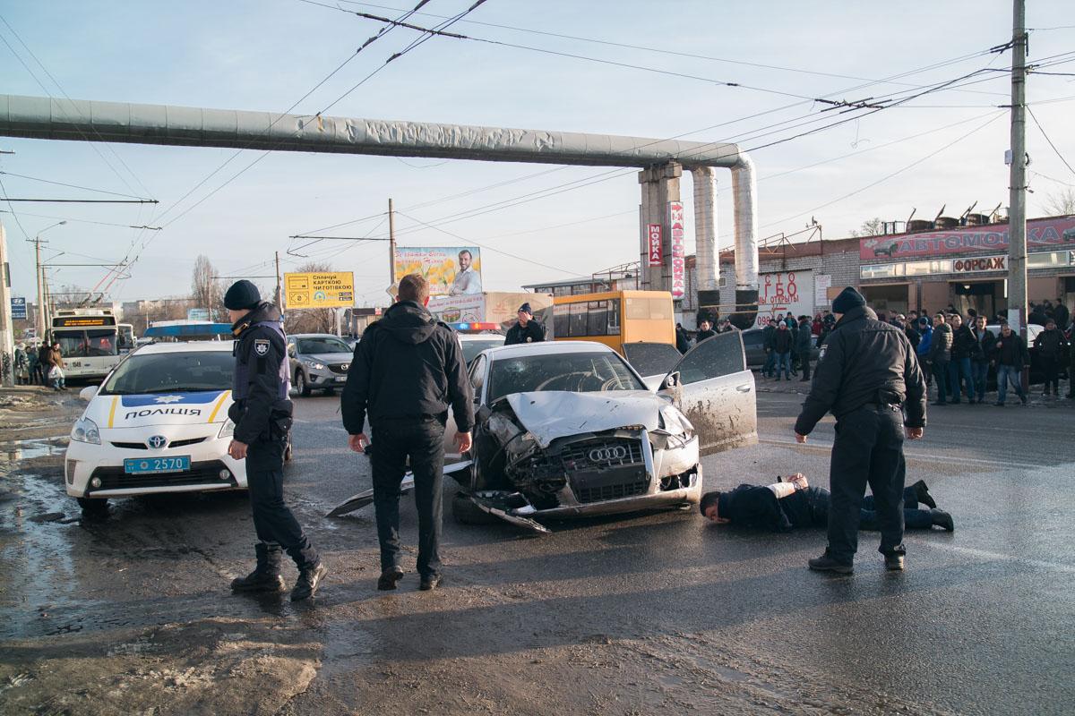 Для задержания подозреваемых патрульные были вынуждены открыть огонь по колесам Audi