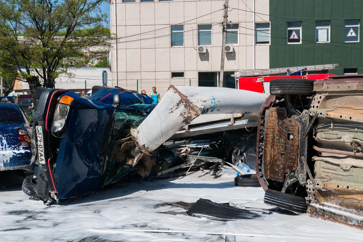 DAF также снес столб, который рухнул на припаркованные у супермаркета автомобили