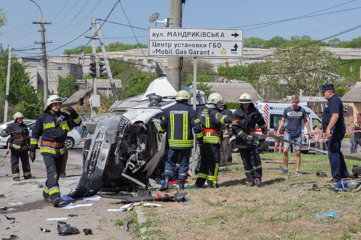 Из покореженного автомобиля мужчину доставали спасатели