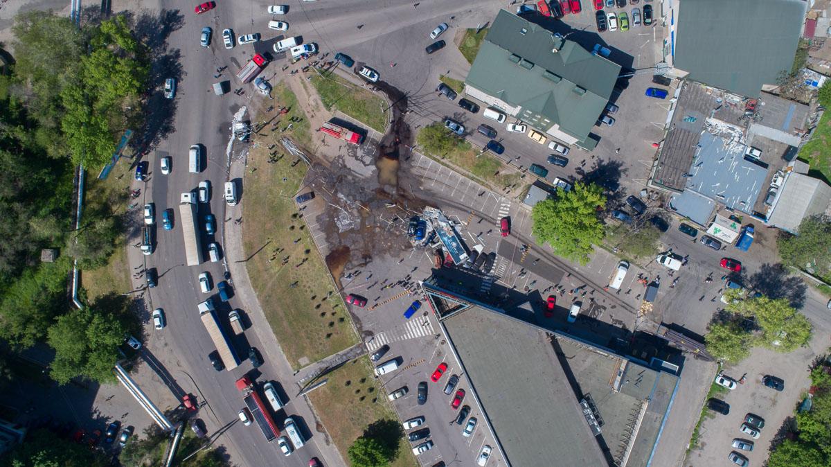 Автомобиль DAF, груженный металлическими трубами, «вылетел» на парковку «АТБ», протаранив12 автомобилей