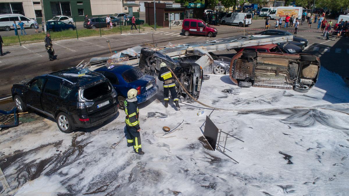 Спасатели около часа растаскивали поврежденные автомобили и смывали топливо со стоянки