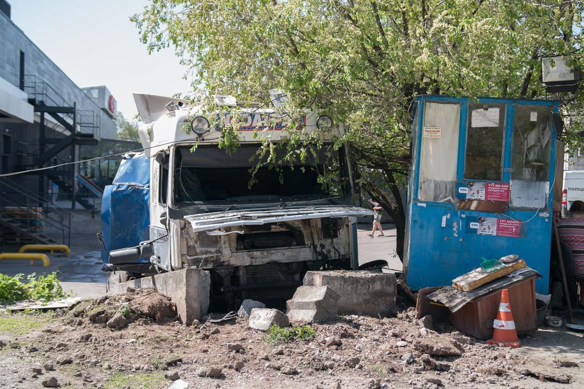 Большегруз остановили бетонные блоки возле охранной будки