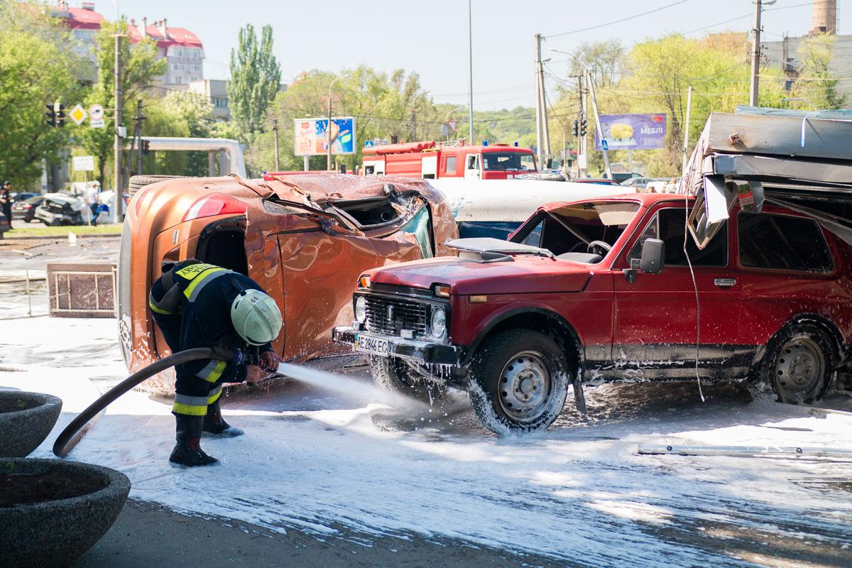 Бойцы ГСЧС смывали остатки топлива с парковки