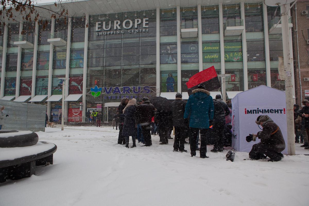 К заявленному времени на Европейской площади собралось не больше 50-ти человек
