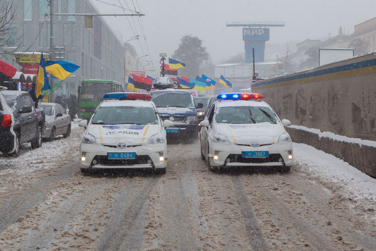 Во главе колонны двигалась полиция и два патрульных автомобиля