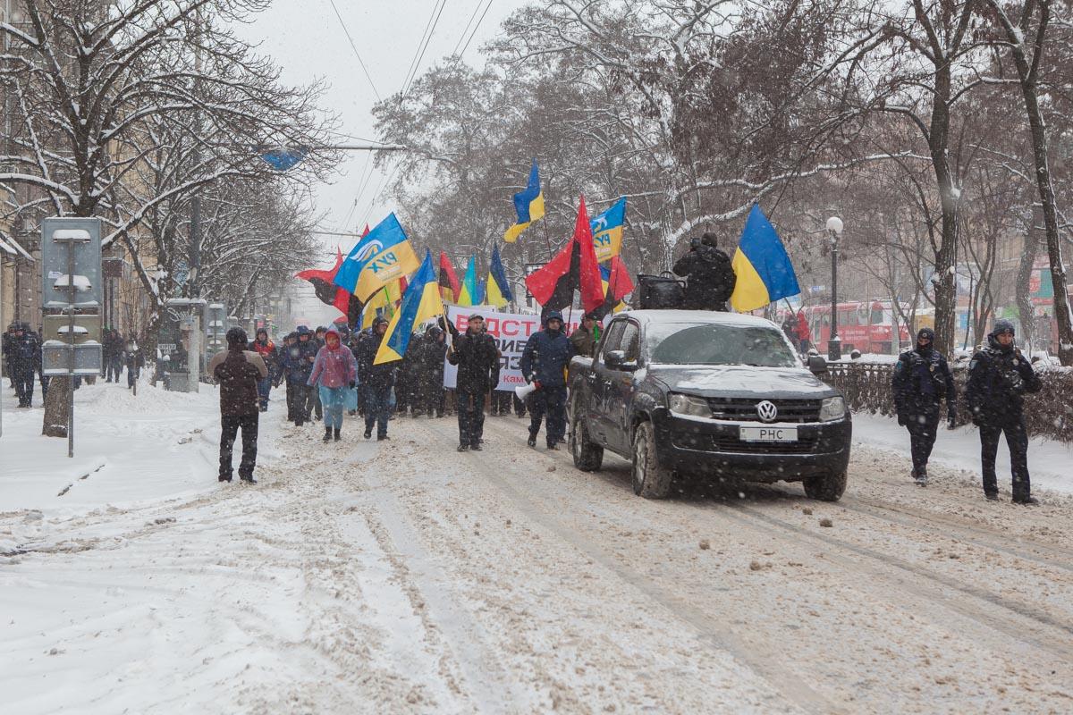 Сквозь метель и снег митингующие пробирались к Вокзальной площади