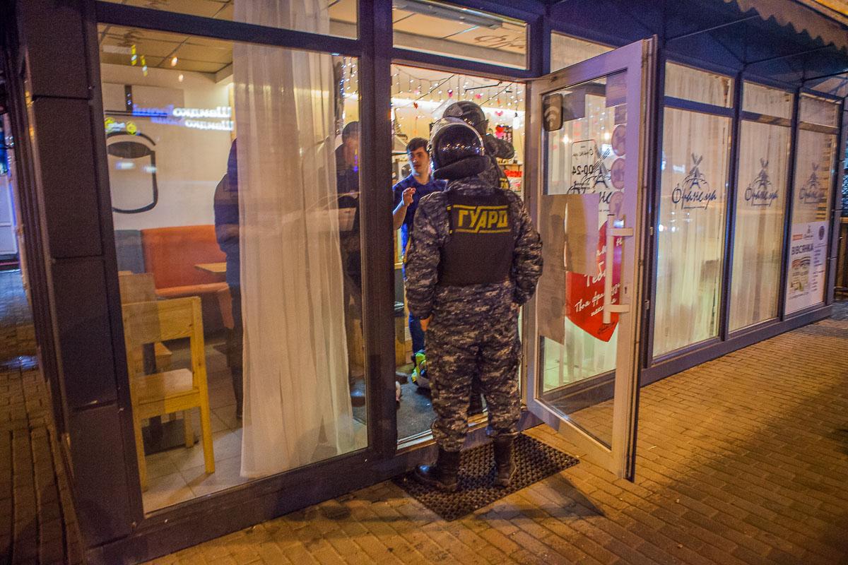 Сотрудники кофейни вызвали охрану, чтобы не допустить нанесения вреда имуществу