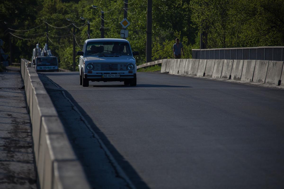 Автомобили довольно урчат на дороге